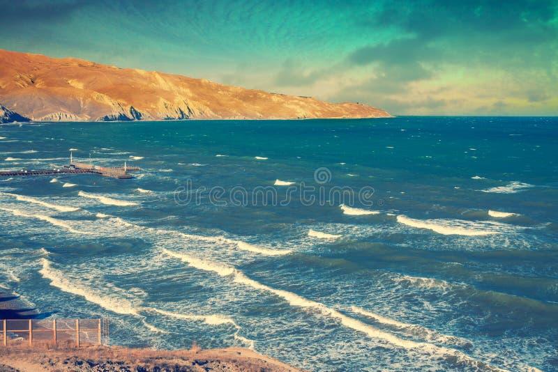 在多暴风雨的天气的美丽的岩石海滨 库存照片