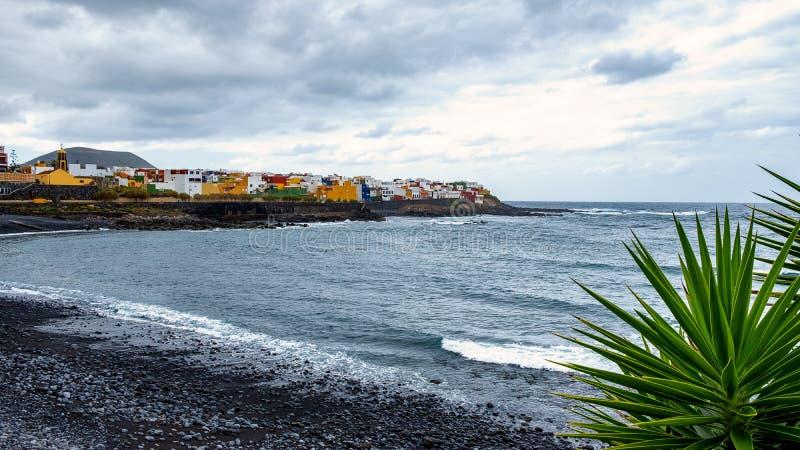 在多暴风雨的天气- La Caleta de InteriA ¡ n的海滩位于特内里费岛北海岸的小镇在洛西洛斯之间的和 库存图片