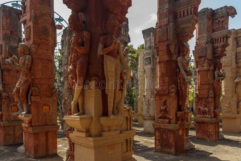 在多根柱子,金奈, Tamilnadu,印度, 2017年1月29日的被破坏的古老男人和妇女雕塑 免版税库存照片