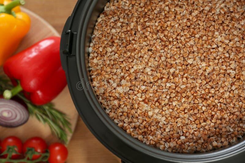 在多烹饪器材和菜的可口荞麦在木桌上 免版税库存照片