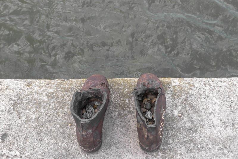在多瑙河堤防的鞋子在布达佩斯 免版税库存图片
