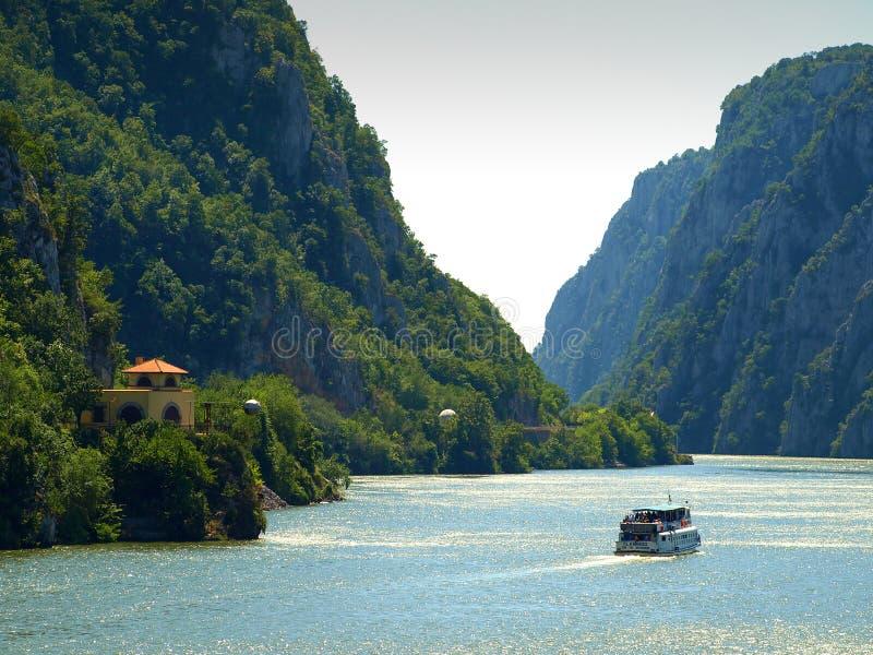在多瑙河峡谷的全景在Dubova,罗马尼亚 图库摄影