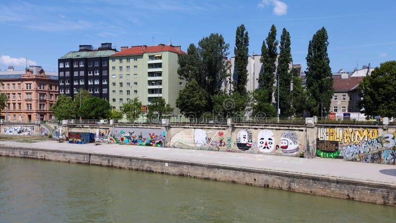 在多瑙河的城市视图 库存照片