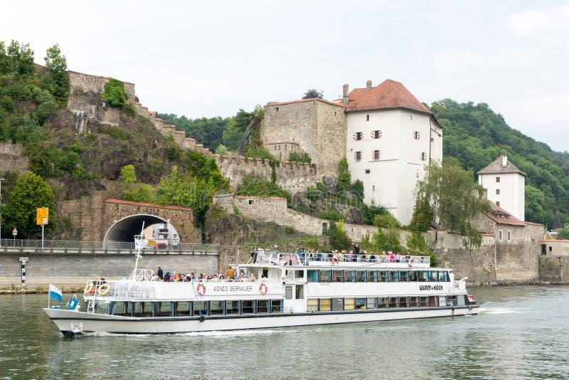 在多瑙河的客船在帕绍 免版税库存图片