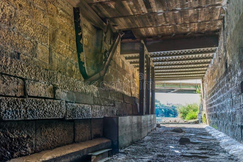 在多瑙河的干燥水道在雷根斯堡,德国 免版税图库摄影