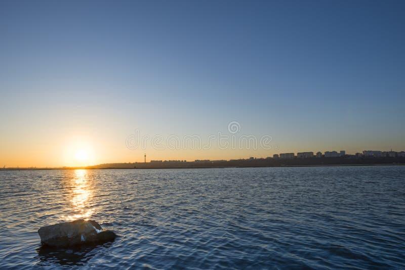 在多瑙河的日落在城市附近 库存照片