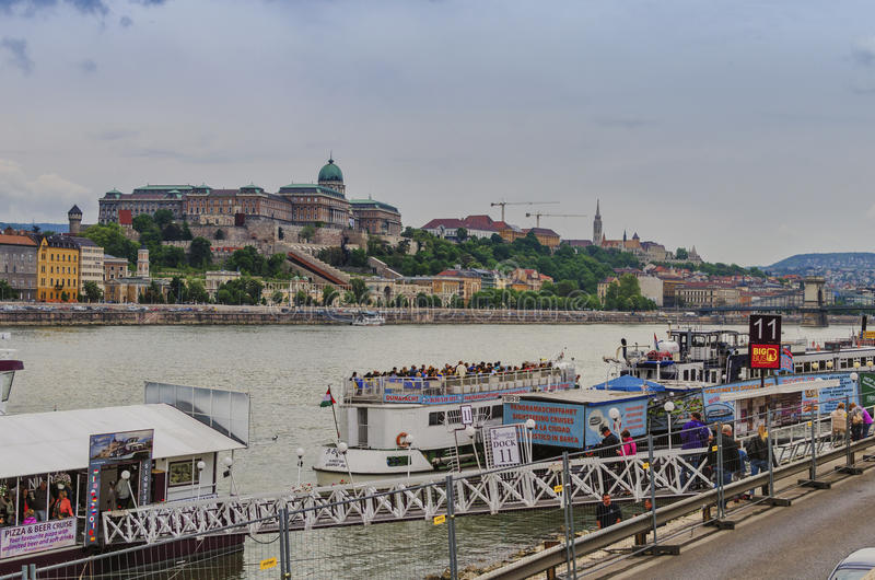 在多瑙河的游轮在布达佩斯 图库摄影