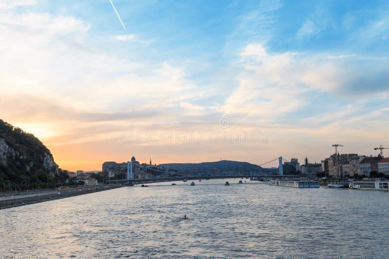 在多瑙河的游轮日落的在布达佩斯,匈牙利 免版税库存照片