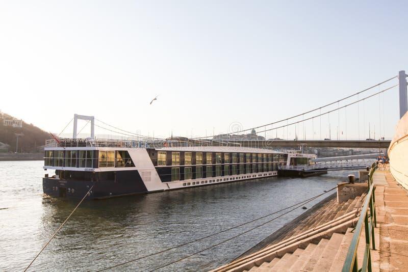 在多瑙河的火轮在布达佩斯 免版税库存照片