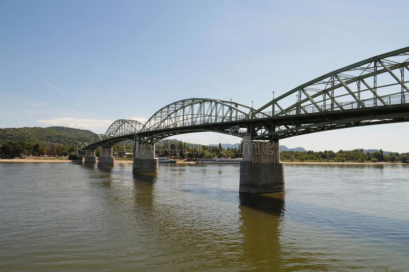 在多瑙河的玛丽亚瓦莱里亚桥梁在什图罗沃和埃斯泰尔戈姆t的 免版税库存照片