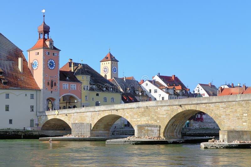 在多瑙河的石桥梁在雷根斯堡,德国 图库摄影