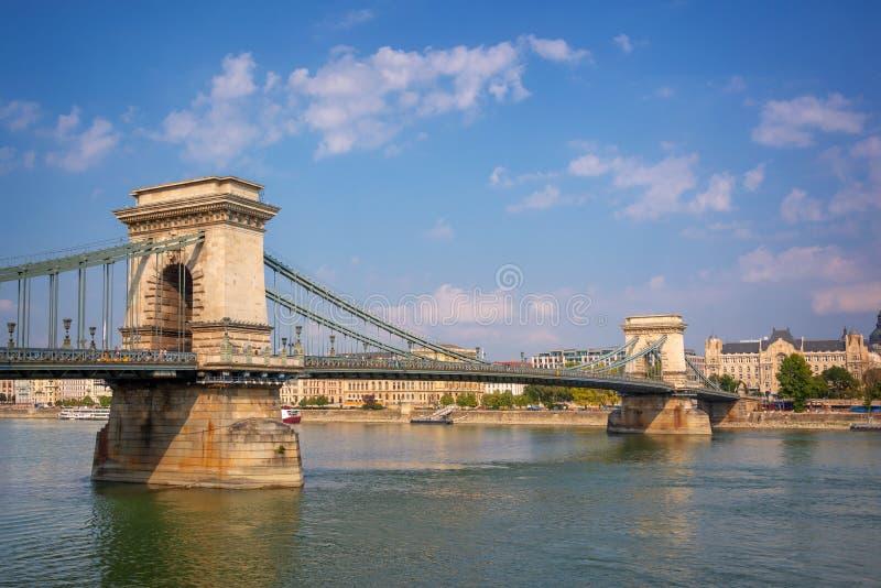 在多瑙河的铁锁式桥梁在布达佩斯匈牙利 图库摄影