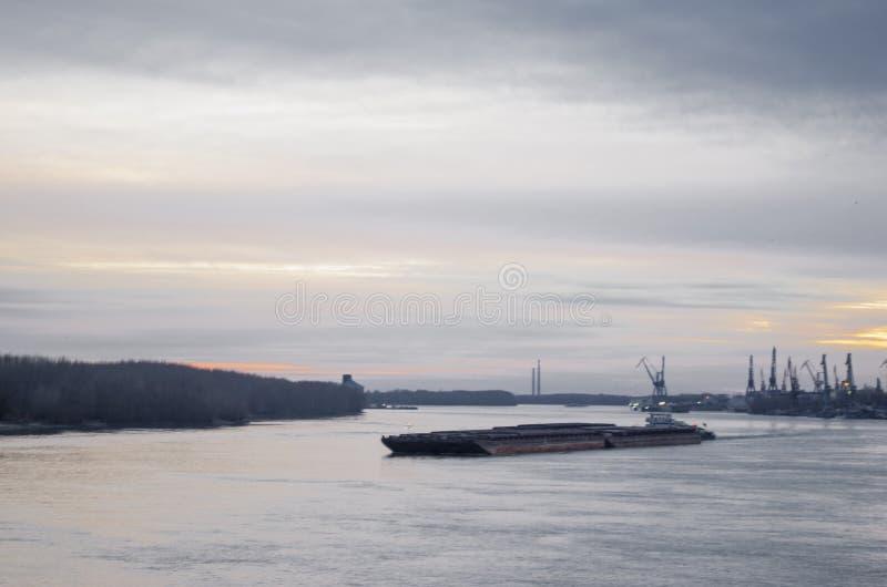 在多瑙河的Transporatation船 免版税库存图片