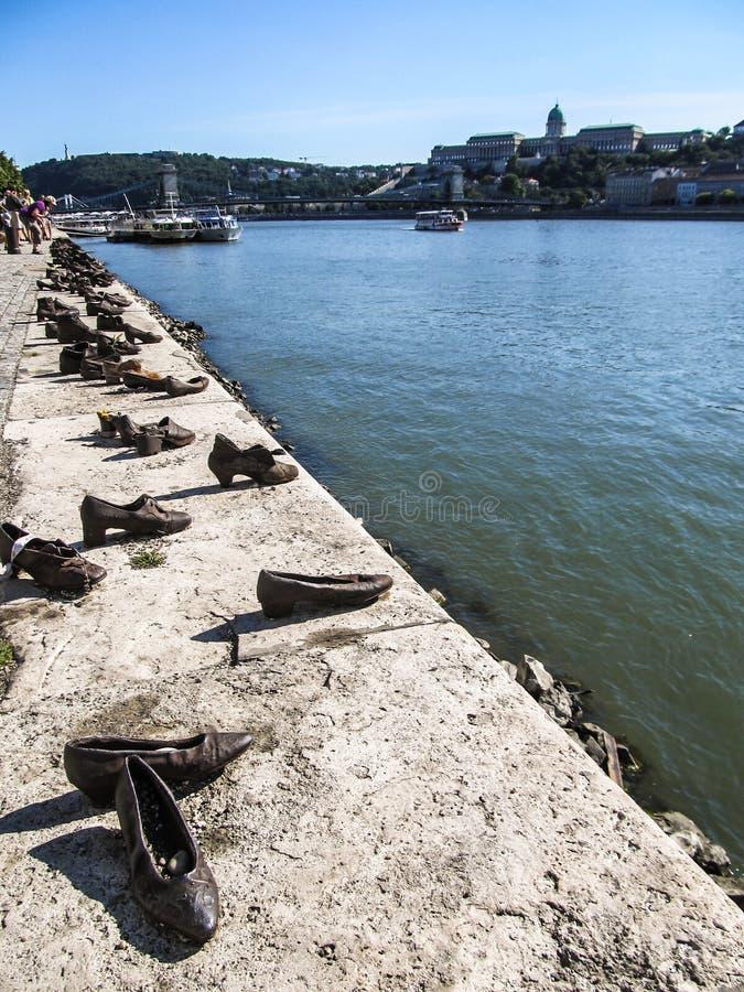 在多瑙河银行`的`鞋子在布达佩斯,匈牙利 尊敬在二战丧生的犹太人的纪念品 免版税库存照片