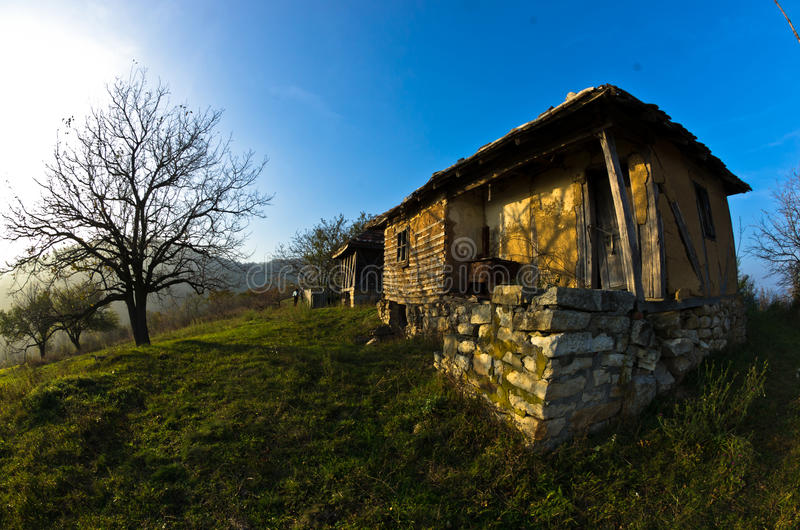 在多瑙河附近的老房子秋天晴天日落的  库存照片