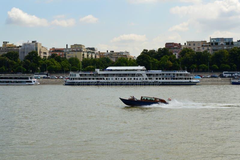 在多瑙河,布达佩斯,匈牙利的汽艇 库存图片