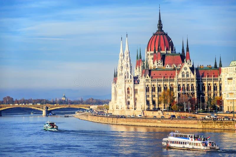 在多瑙河,布达佩斯,匈牙利的议会大厦 库存照片