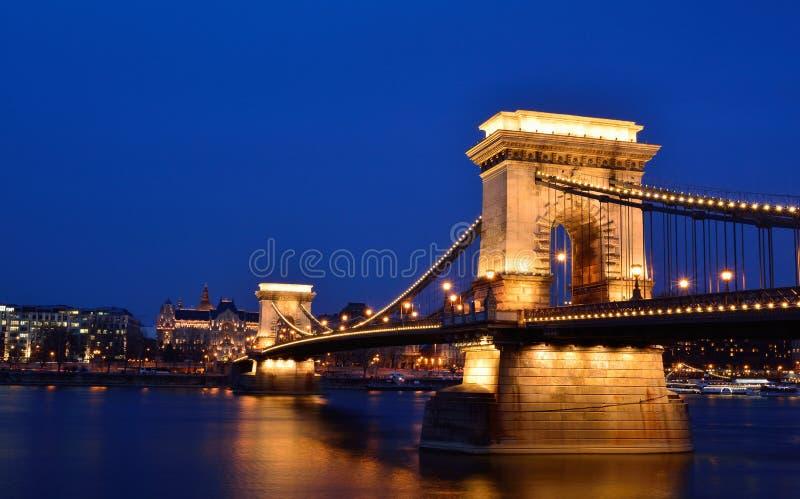 在多瑙河,布达佩斯,匈牙利的Széchenyi铁锁式桥梁 库存照片