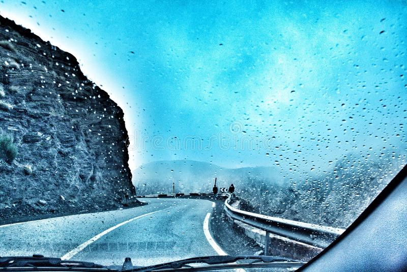 在多雨和有雾的山的Roadtrip 库存照片