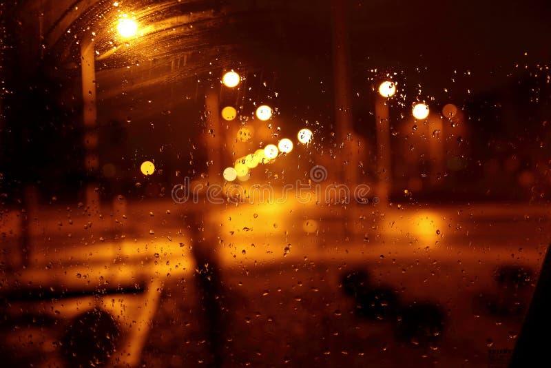 在多雨夜,光给惊人的可能性惊人的显示  免版税库存照片