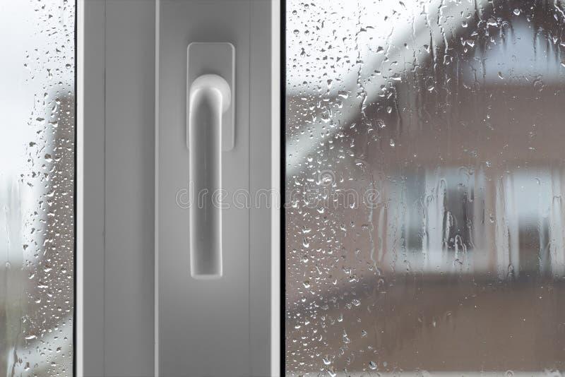 Download 在多雨天气的看法 库存照片. 图片 包括有 玻璃, 框架, 布琼布拉, 重点, 街道, 下落, 黑暗, 雨珠 - 62531324