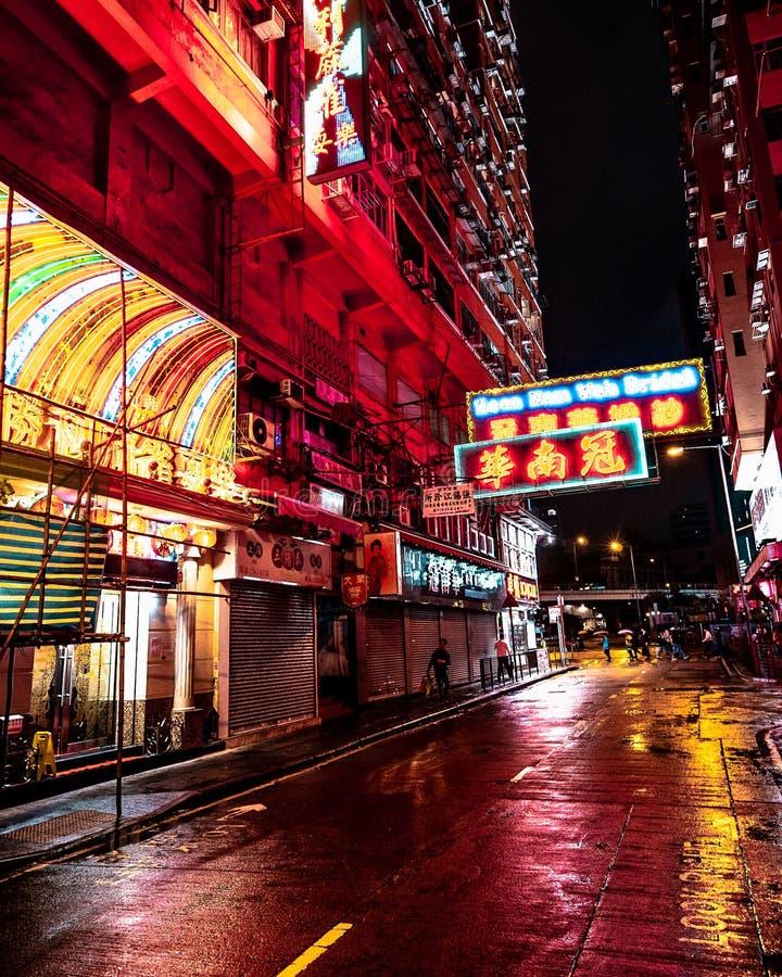 在多雨香港街道的霓虹灯在晚上 免版税库存照片