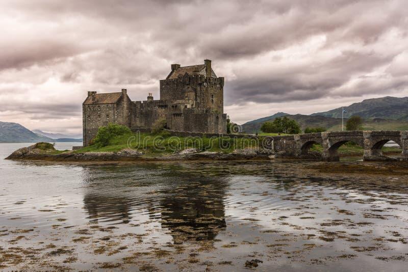在多雨cloudscape,苏格兰下的爱莲・朵娜城堡 免版税库存照片