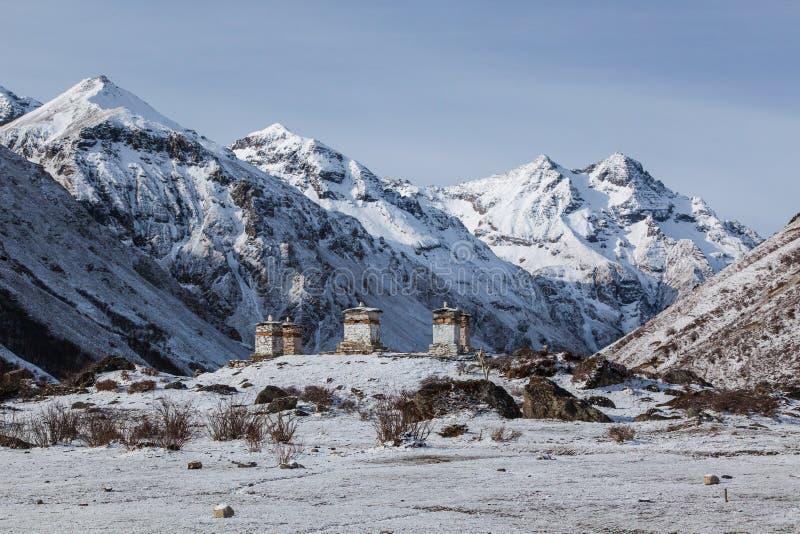 在多雪的喜马拉雅山的Bhuddist stupas,不丹 图库摄影