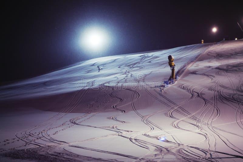 在多雪的夜的夜滑雪 图库摄影