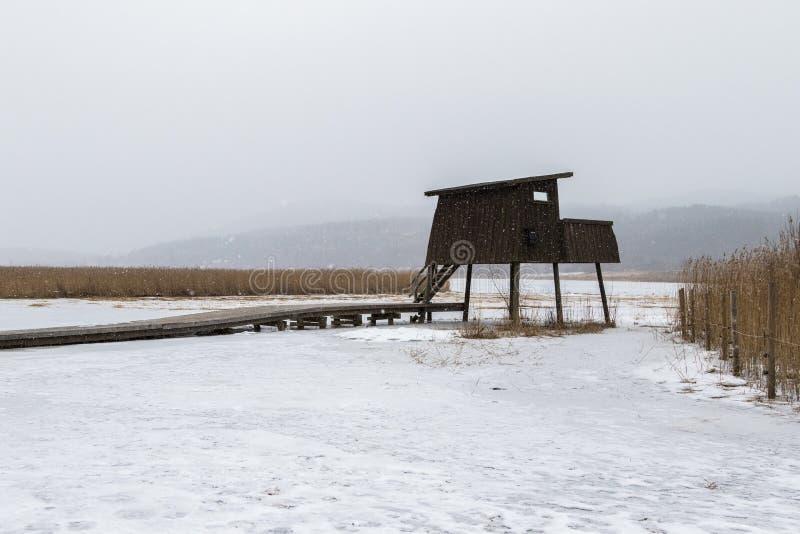 在多雪的天气的观鸟塔,在希恩,挪威, 免版税图库摄影