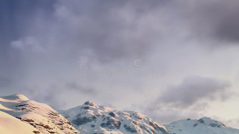 在多雪的山峰的多云天空 免版税库存图片