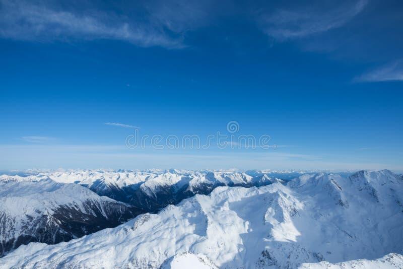 在多雪的山的壮观的看法在阿尔卑斯 图库摄影