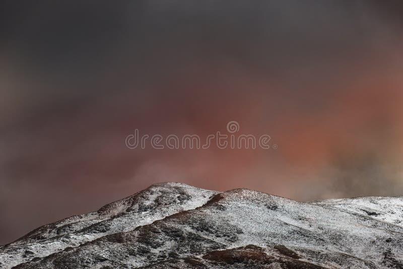 在多雪的山的火热的日落-土耳其 免版税图库摄影