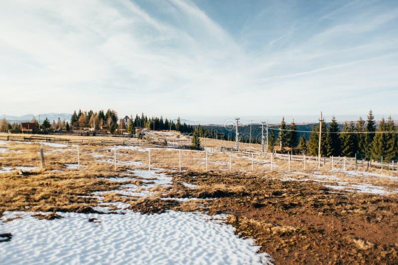 在多雪的山的美好的冬天风景 免版税库存图片