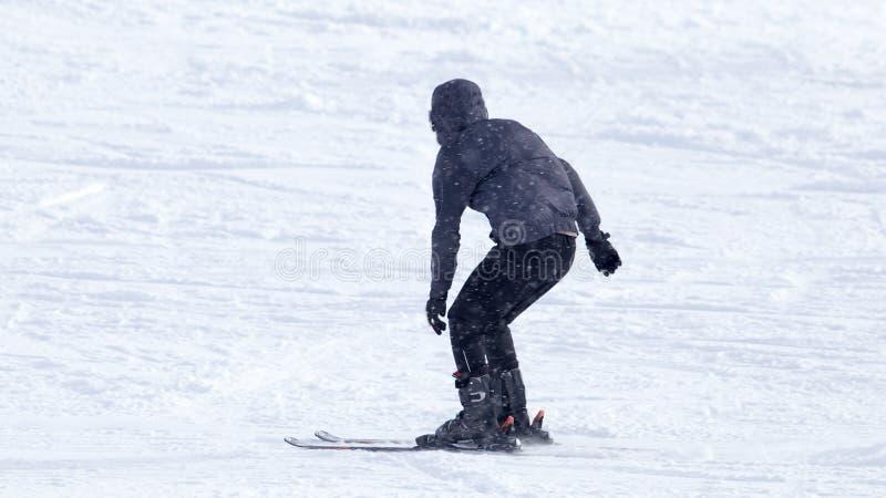 在多雪的山的运动员滑雪 库存照片