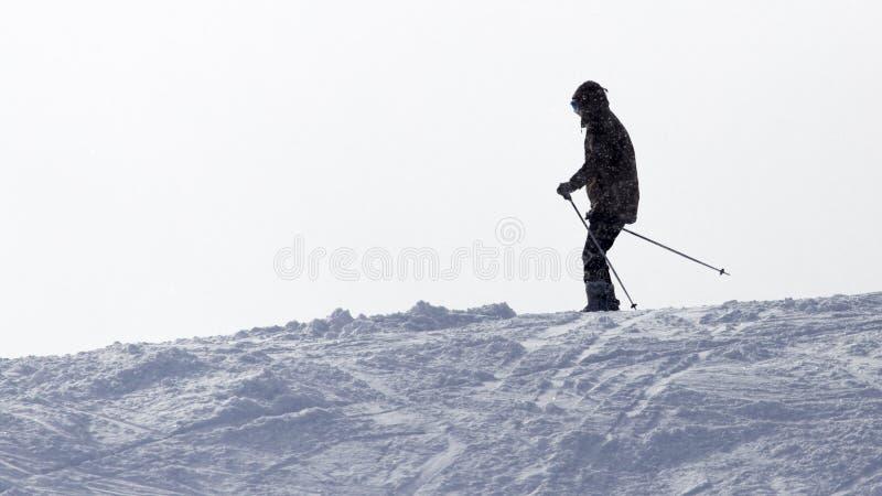 在多雪的山的运动员滑雪 图库摄影