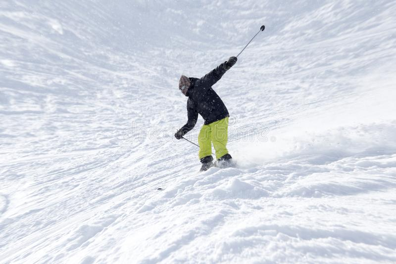 在多雪的山的运动员滑雪 库存图片