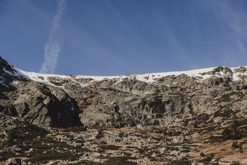 在多雪的山脉和松树森林自然风景的美好的五颜六色的日落 ?? 免版税库存照片