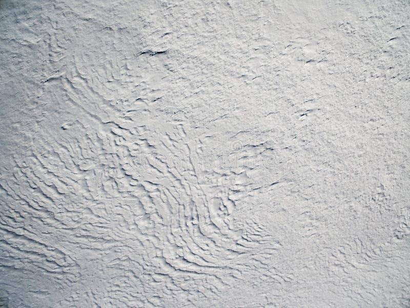 在多雪的平原上的鸟瞰图 免版税库存照片