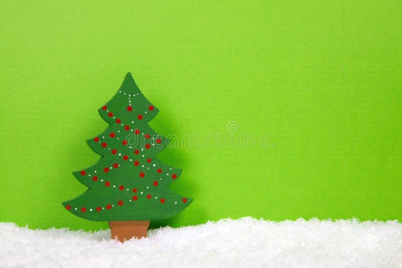 在多雪的背景的绿色圣诞树 库存图片