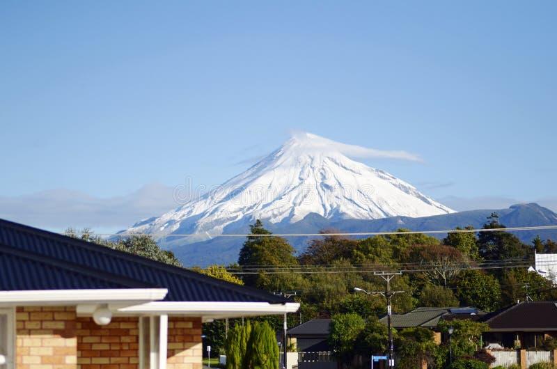 在多雪的雪下的郊区家加盖了登上艾格蒙,塔拉纳基新西兰 免版税库存图片