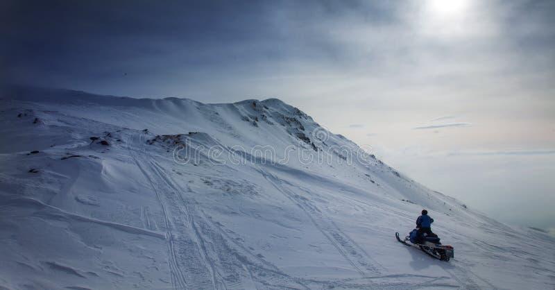 在多雪的风景的雪上电车在蓝色 免版税库存照片