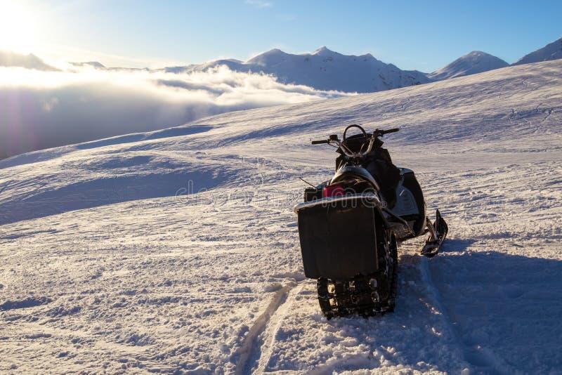 在多雪的风景的雪上电车 免版税库存图片