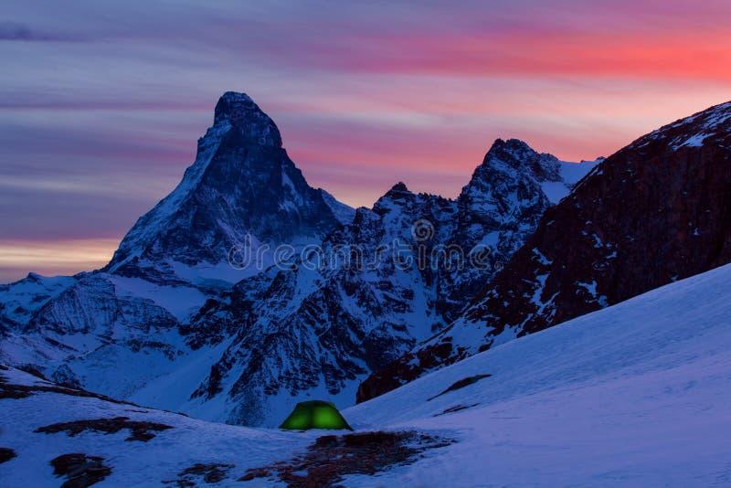 在多雪的马塔角峰顶的特写镜头风景视图在夜,马塔角峰顶,策马特,迷住冷淡的繁星之夜的瑞士A 库存图片