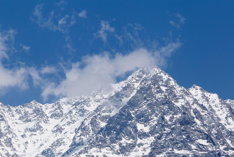 在多雪的Dhauladhar峰顶的看法在喜马拉雅山 库存照片