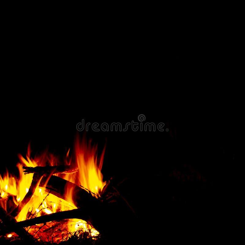 在夜、火焰和火火花的燃烧的木头在黑暗的抽象背景,离开想象力和凝思的照片地方 库存图片