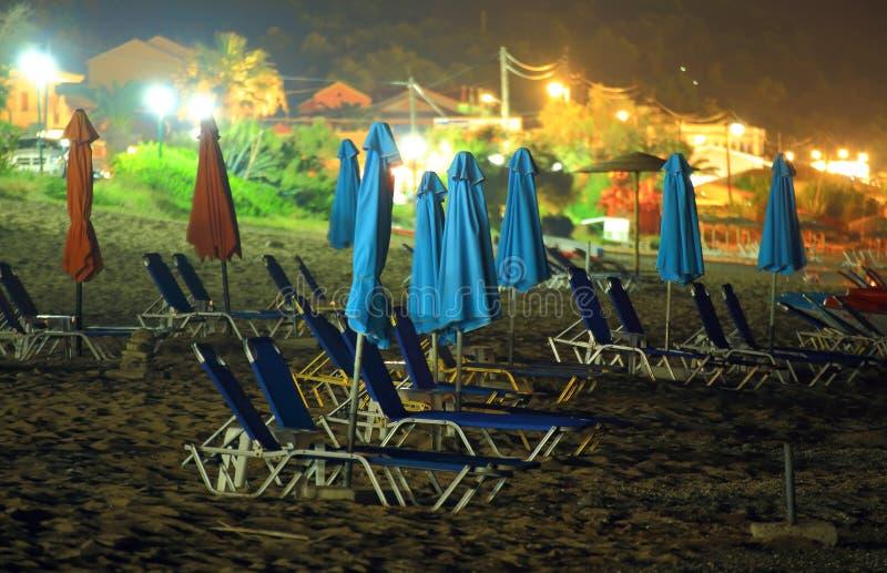 在夜之前使在海岛科孚岛上的场面靠岸 库存照片