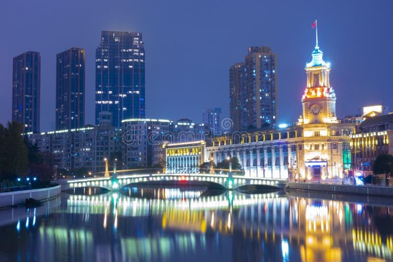 在夜事务和旅行地方的上海,中国美好的市地标地平线 免版税库存图片