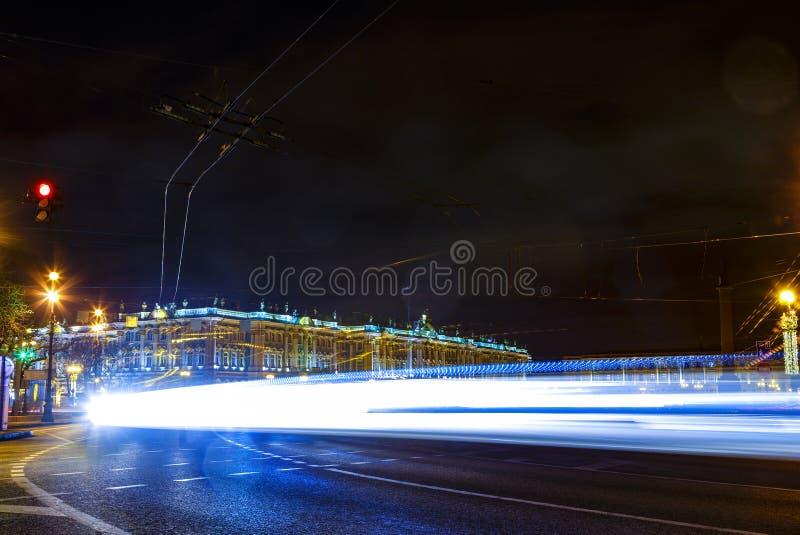 在夜光的状态埃尔米塔日博物馆以通过汽车车灯为背景踪影,圣徒 免版税图库摄影