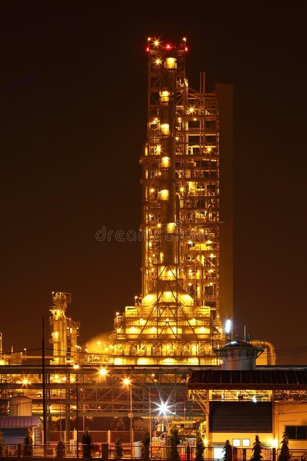 在夜场面的石油化学工业 库存图片